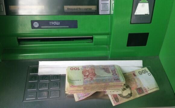 У Луцьку невідомий забув у банкоматі значну суму грошей, розшукують власника
