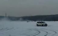 Батьки катали візочок з дитиною по замерзлому озеру. ВІДЕО