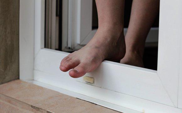 Сплутав з дверима: чоловік зі сну вийшов у вікно