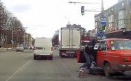 У Луцьку чоловік із собаками накинувся на водія. ВІДЕО
