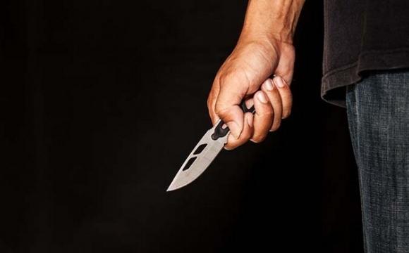 У Нововолинську чоловіка порізали ножем