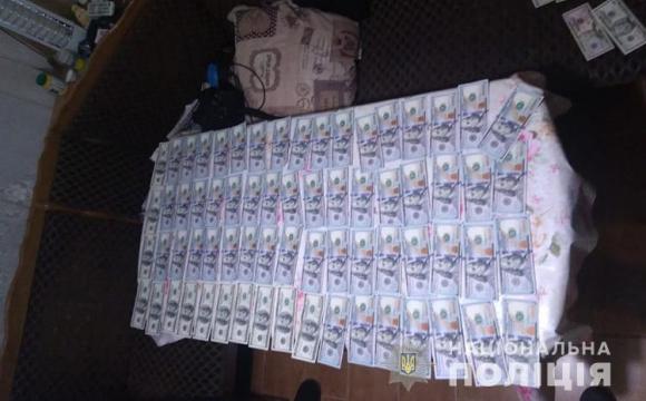 Затримали групу осіб, які збували фальшиві долари. ФОТО