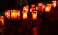На Замковій площі хлопці автівкою понищили лампадки до Дня пам'яті жертв голодоморів. ФОТО