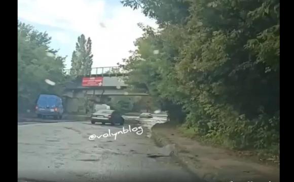 «Автомобіль потонув»: у Луцьку затопило дорогу під мостом. ВІДЕО