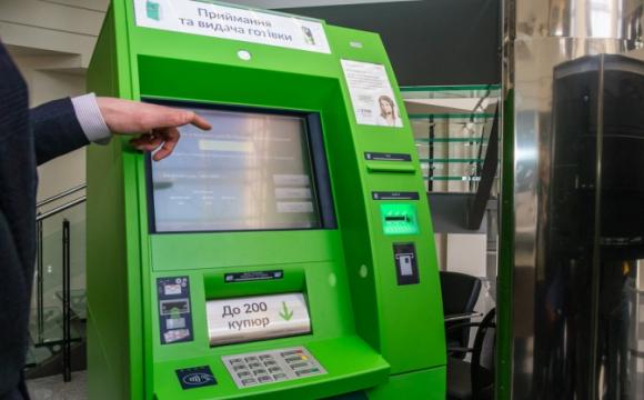 Гроші не видає, але списує: як працюють банкомати ПриватБанку