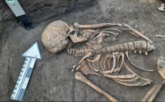 З перстнями на пальцях: в Україні знайшли давнє поховання невідомої жінки