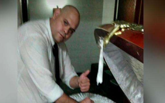 Працівник моргу позував біля відкритої труни Марадони