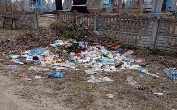 У місті на Волині – сміттєзвалище біля паркану кладовища. ФОТО