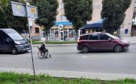 Грубе порушення ПДР: у Луцьку проїжджою частиною курсував чоловік на візку. ФОТО
