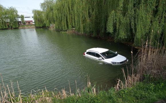 У Луцьку біля «Адреналін Сіті» плавала машина. ОНОВЛЕНО
