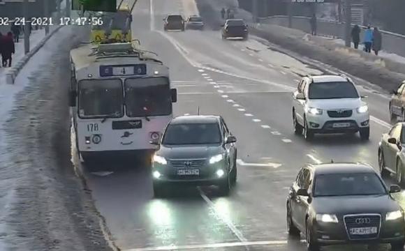 У Луцьку сталася ДТП за участі тролейбуса і легковика