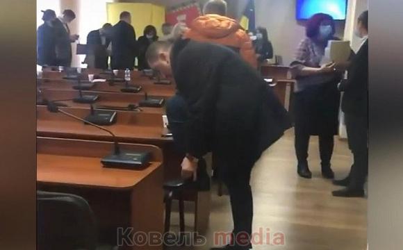 Депутат міськради на Волині зав'язав собі шнурки на стільці колеги-депутата. ВІДЕО