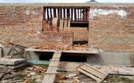 Недобудований гуртожиток для військових у Володимирі перетворився на сміттєзвалище