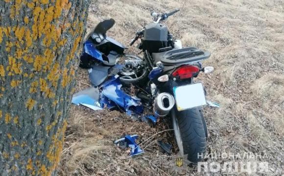 На Волині мотоцикліст «влетів» у дерево: чоловік у лікарні