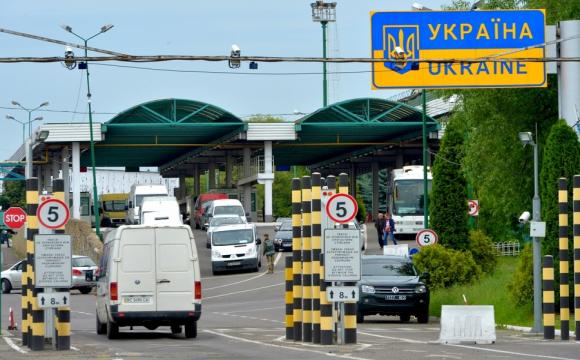 «Фури стоять по чотири доби»: на кордоні з Польщею масові затори, люди у відчаї. ФОТО