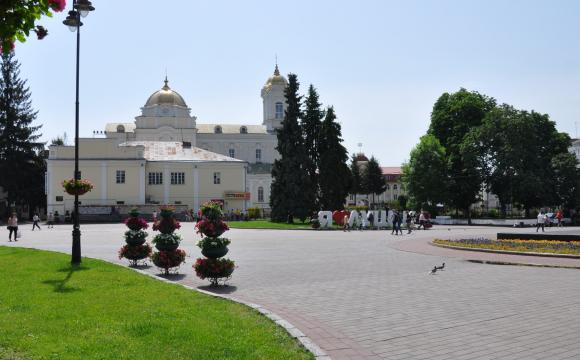 Втекла, почувши про поліцію: у центрі Луцька жінка випрошує гроші на будівництво храму