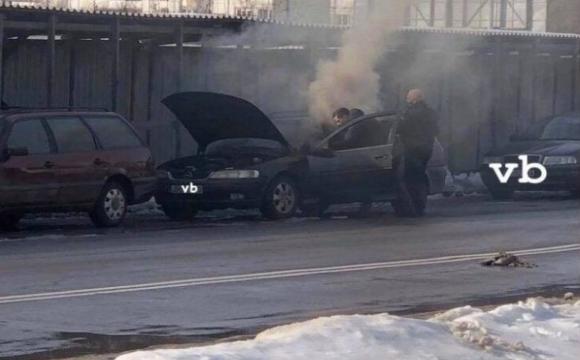 В Луцьку посеред вулиці задимілось авто. ФОТО