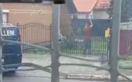 «Роблять своє діло»: у Нововолинську посеред вулиці чоловік коловся невідомою речовиною. ВІДЕО