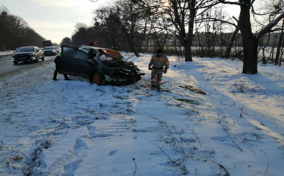 Смертельна ДТП на Рівненщині: водійка Toyotа із сином у салоні влетіла у вантажівку. ФОТО