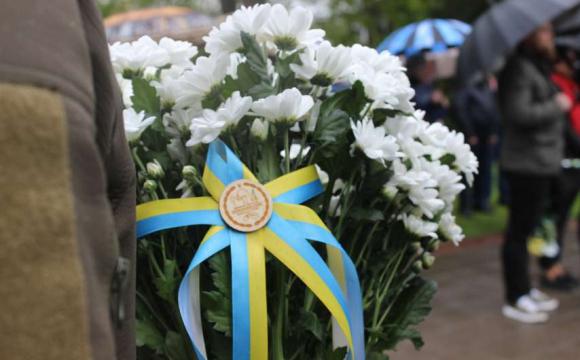 На Луцькому меморіалі вшанували пам'ять загиблих солдатів. ФОТО