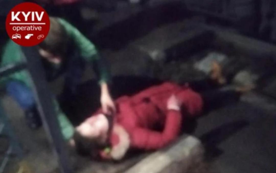 У столиці дівчина стрибнула просто під поїзд. ФОТО. ВІДЕО 18+