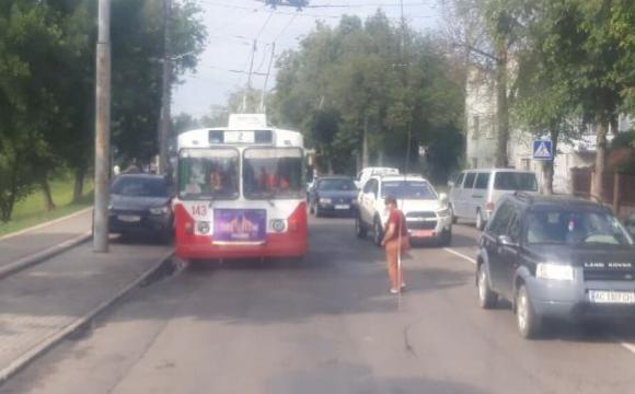 У Луцьку на Глушець затор: обірвалась контактна мережа тролейбуса. ФОТО