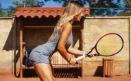 Сексуальна тренерка з тенісу вміє мотивувати клієнтів. ФОТО