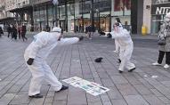 У центрі міста влаштували «дистанційне» танго у захисних костюмах. ВІДЕО