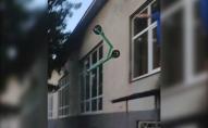 Перевіряв на міцність: українець кидав електросамокат Bolt з вікна і знімав на відео
