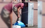 Довелося викликати рятувальників: жінка застрягла головою у смітнику. ВІДЕО