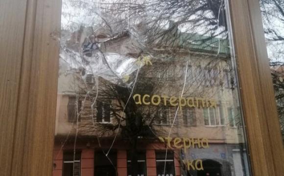 Сумнозвісному інтимному салону «Юнона» розбили вікно. ФОТО