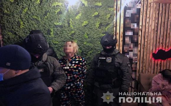 Повії присоромлено ховали обличчя: у Києві викрили мережу сумнозвісних «масажних салонів»-борделів. ФОТО. ВІДЕО