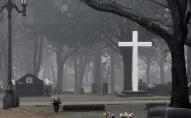 Гулянка «на кістках»: підлітки влаштували застілля посеред кладовища. ВІДЕО
