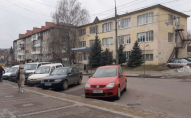 У Луцьку через припарковані авто водії маршруток не могли наблизитись до узбіч. ФОТО
