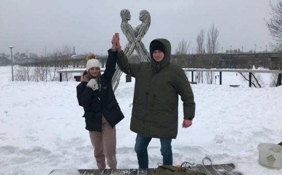 Пара українців вирішила скувати себе ланцюгом на три місяці. ВІДЕО