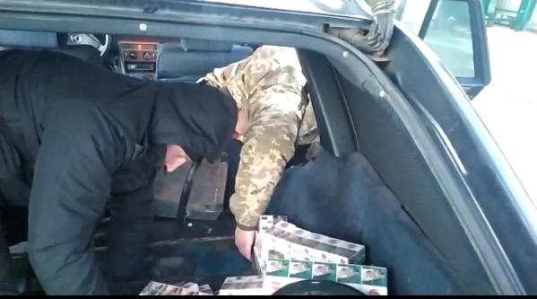 Білорус хотів провезти через волинський кордон контрабандні цигарки. ФОТО