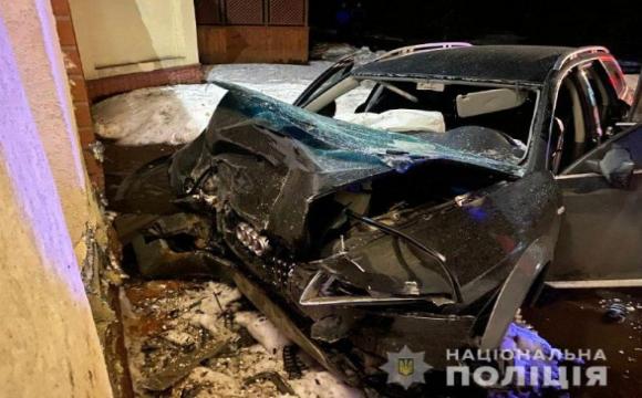 На Рівненщині п'яний водій врізався в бетонну арку санаторію: є загиблі
