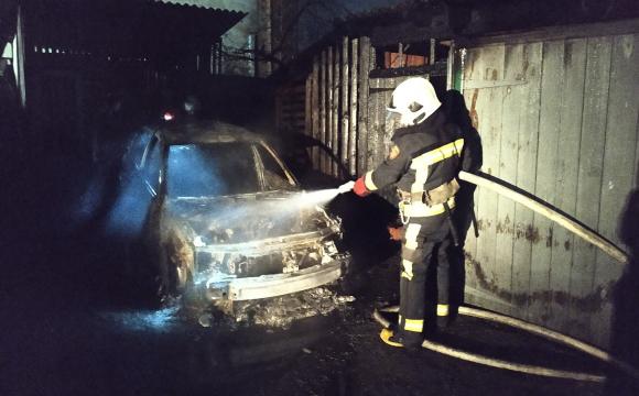 На Волині у гаражі згорів автомобіль. ФОТО