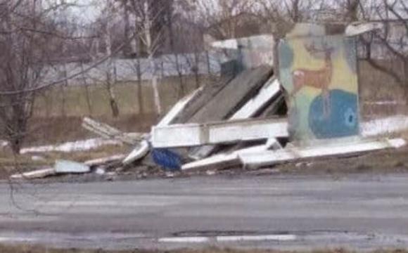 У Горохові водій авто розгромив бетонну зупинку. ФОТО