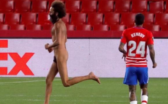 Чоловік, який вибіг голим на поле в матчі Ліги Європи, виявився бізнесменом
