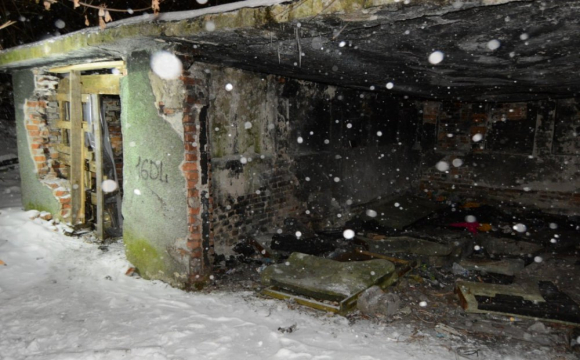 У Львові в закинутій будівлі знайшли тіло чоловіка з порізаною шиєю. ФОТО