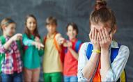 Школярки цькували однокласницю, бо не мала нового телефону і гарних речей