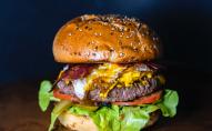 «Золото, шампанське та мармурова яловичина»: шеф-кухар приготував найдорожчий бургер у світі