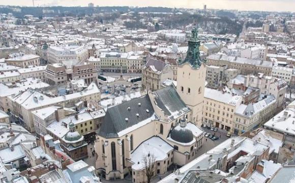 У центрі Львова на хлопця впала снігова брила