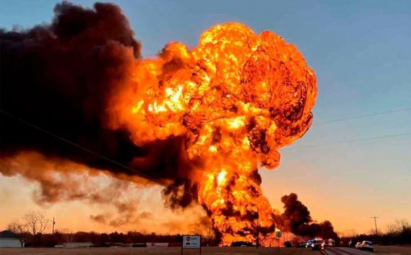 З'явилось відео потужного вибуху у Техасі: поїзд з нафтою зіткнувся з фурою
