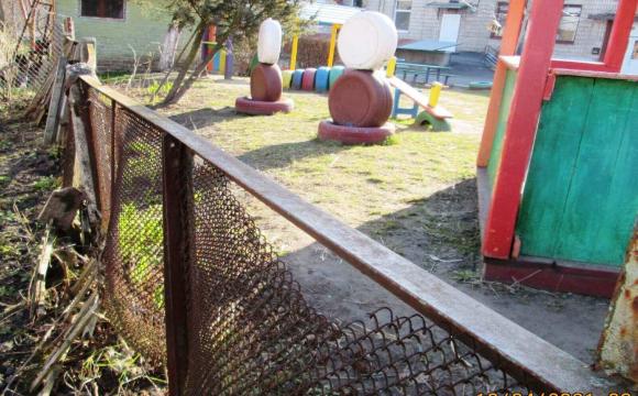 Біля луцького садочка - зіпсований паркан