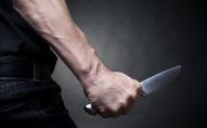 Встромив ножа у груди: посеред вулиці чоловік намагався покінчити життя самогубством