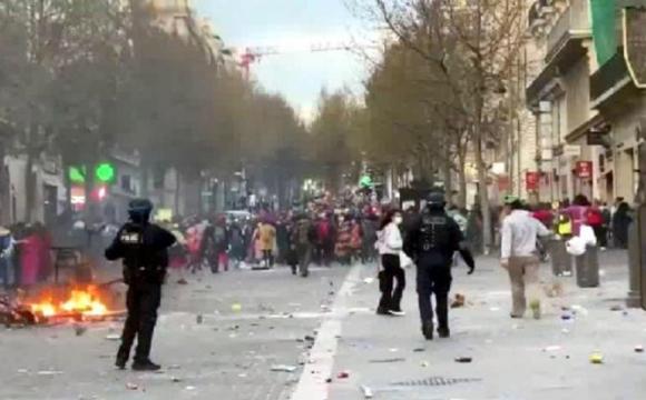 Карнавал у курортному місті розганяли сльозогінним газом. ФОТО