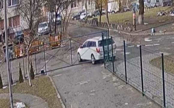 У Луцьку водійка пошкодила паркан