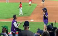 Дивився весь стадіон: дівчина втекла від хлопця, який робив їй пропозицію. ВІДЕО